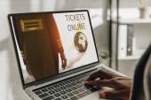 Fotografie verkürzten Blick auf afrikanische amerikanische Unternehmer über Laptop mit Online-Tickets Website auf dem Bildschirm