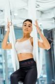 Fantastický sportovní holka cvičí v houpací síti v Jóga studio