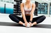 Částečný pohled mladé ženy v tělocvičně