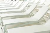 prázdná bílá lehátka v moderním wellness centru