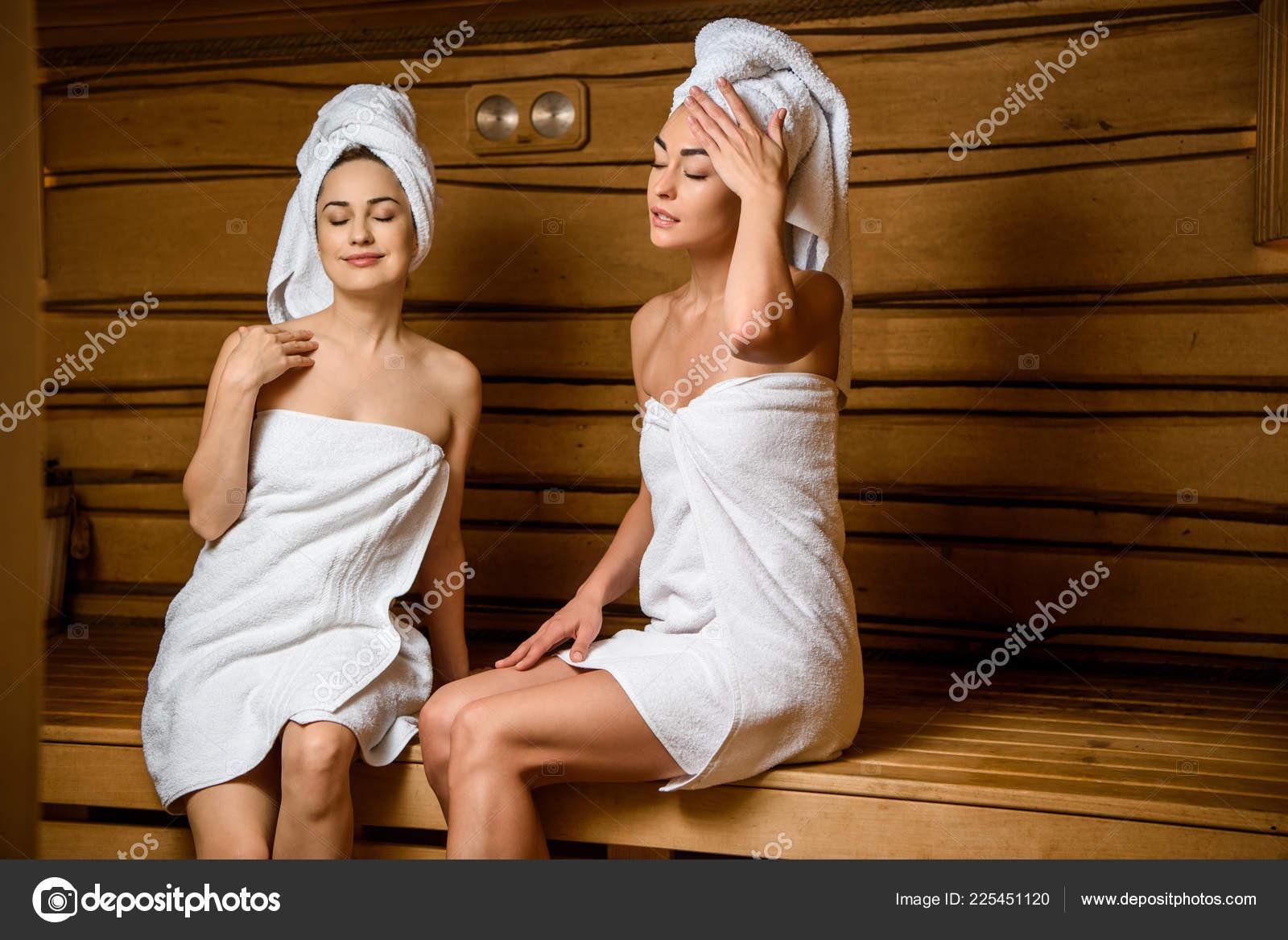Секс перед молодежь отдыхает в бане как