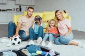 šťastná rodina strávit skvělý čas společně, zatímco balení pro letní dovolenou, cestování koncepce