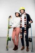 Férj és feleség, Snowboardok, snowboard sisak készen áll a téli üdülés
