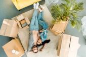 pohled shora nádherný pár, leží na podlaze a relaxaci po zabalení pro nový dům, pohybující se koncept