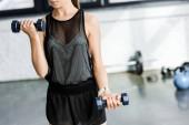 Fotografie bránice fit sportovkyně trénink s činkami v posilovně