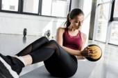 bella sportiva determinata lavorando abs con palla medica presso centro sportivo