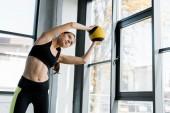 krásné fit sportovkyně školení a protahování s medicinbal v tělocvičně