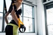 oříznutý pohled sportovkyně školení s Cadillac ve fitness studiu