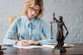 Fotografie Detailní pohled paní spravedlnost socha a samice právník pracující za