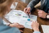 částečný pohled podnikatelů pracovat s grafy a grafy v úřadu