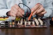 Fotografie Oříznout záběr počítačový inženýr s tester zkušební desky