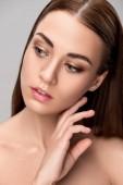 Fotografia Ritratto di bella ragazza tenera con viso pulito perfetto, isolato su grigio