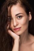 portrét atraktivní usměvavá dívka s dokonalou čistý obličej