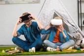 Fotografie Meine lieben Kinder, die mit virtual-Reality-Headsets in der Nähe von Wigwam zu Hause