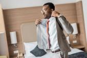 pěkný africký americký podnikatel na sobě šedé sako