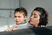 Fotografie Nahaufnahme der Mutter Weinen kleiner Sohn zu Hause auf Sofa Aufmunterung