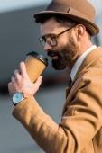 a pohár, eldobható pohár kávét iszik, jóképű üzletember