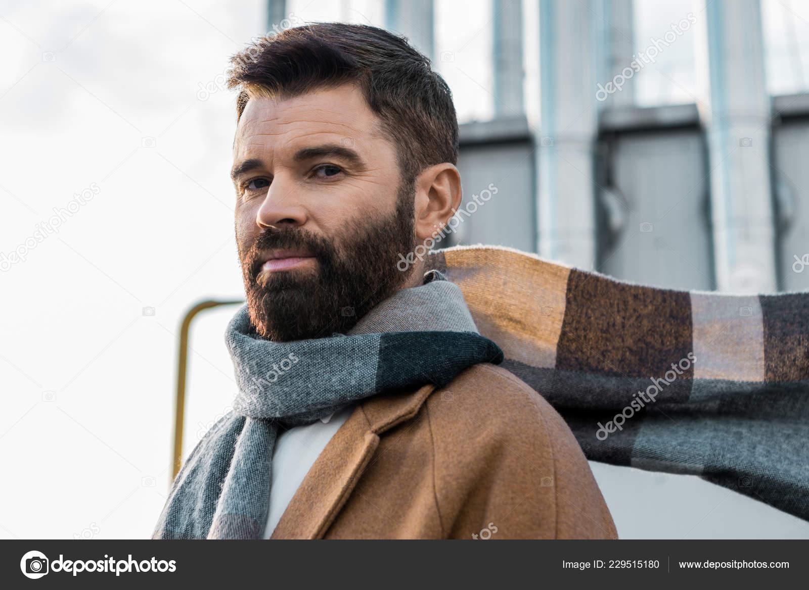 86bf84581f4 Gros plan d homme barbu en foulard et manteau– images de stock libres de  droits