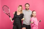 sportos család berendezések. tenisz és ugró kötél, elszigetelt rózsaszín