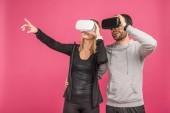 pár pomocí virtuální reality sluchátka, izolované na růžové