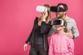 nadšený rodina pomocí vr headsety, izolované na růžové