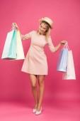 vonzó női ügyfelek látszó-on bevásárló táskák, elszigetelt rózsaszín