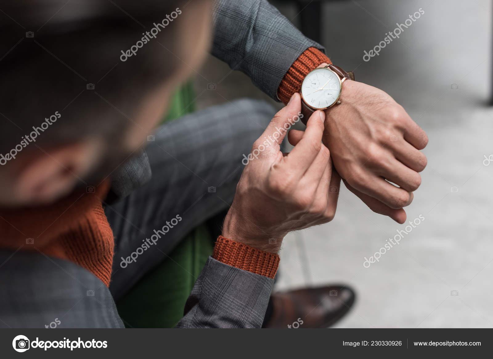 Cerrar Vista Hombre Ropa Formal Ajuste Reloj Mano — Foto de