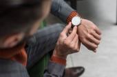zár-megjelöl kilátás-a hivatalos viselet beállító néz az ember a kezét
