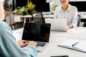 částečný pohled podnikatelky na pracovišti s notebooky v úřadu