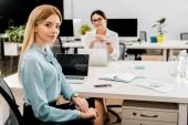 Fotografia donne di affari sul posto di lavoro con i computer portatili in ufficio