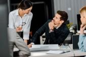 részleges kilátás nyílik üzletemberek beszélgetést a munkahelyen, irodai papírok