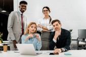 Fotografie portrét mnohonárodnostní obchodních kolegů ve formální oblečení na pracovišti v úřadu