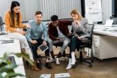 multikulturní mladí podnikatelé diskusi nový podnikatelský záměr v úřadu