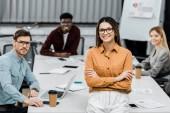 többnemzetiségű fiatal üzletember keresi a kamera hivatalban