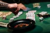 Fotografia immagine potata della donna e luomo tatuato giocando tabella delle roulette nel casinò