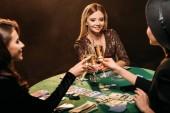 boldog vonzó lány kaszinó póker asztalnál pezsgő szemüveg csengő