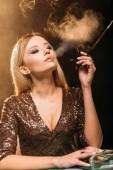 a vonzó lány a dohányzás cigaretta kaszinó póker asztalnál portréja