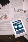 Fotografie pohled shora digitální tabletu marketingové strategie a obchodní dokumenty