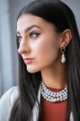 Detailní portrét krásné elegantní mladá bruneta žena koukal