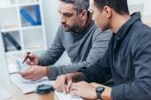 cílené profesionální obchodníci projednávání projektu na pracovišti