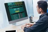 fiatal üzletember, Sport fogadás honlapja a képernyőre az office asztali számítógép használata