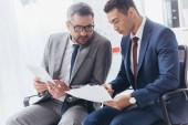dokumentumok és a digitális tábla hivatalban dolgozó szakmai koncentrált üzletemberek