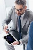 magas, szög, kilátás a jóképű üzletember a szemüvegek segítségével digitális tabletta