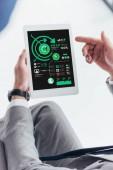 částečný pohled podnikatel pomocí digitálních tabletu s grafy a grafy na obrazovce
