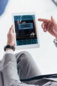 částečný pohled podnikatel pomocí digitálních tabletu s aplikací rezervace na obrazovce