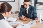 mladých asijských podnikatelů práce s grafy a grafy v úřadu