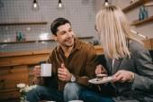 mosolygó ember nézi barátnője, sütemény, kávézó