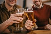 vágott Nézd férfi csengő, a pohár sör