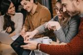 szelektív összpontosít, a munkatársak látszó-on laptop a kávézóban