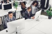 vysoký úhel pohledu mnohonárodnostní podnikatelé pomocí stolní počítače v kanceláři